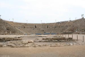 Das Theater von Caesarea. Dies ist kein Amphitheater - ein Amphitheater (gr. amphi = rundum) zeichnet sich durch eine runde bzw. elliptische Form mit rundum angelegten Sitzreihen aus (das Collosseum z.B.). Dafr ist dieses Theater immer noch in Benutzung.