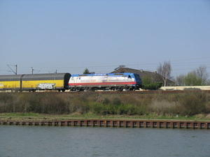 Lok 185 513-9 'Rostock Port' der TX Logistik auf der Einfahrt zum Rangierbahnhof Seelze am 02.04.2009