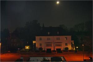 Weies Haus bei Nacht
