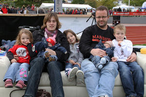 Familienglck auf dem OP Fansofa beim Play Off Spiel der Marburg Mercenaries