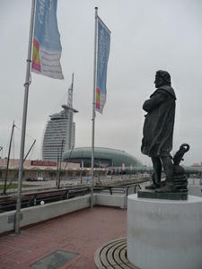 Das Columbus-Standbild vor dem gleichnamigen Center mit dem Sail City Hotel und Klimahaus im Hintergrund.
