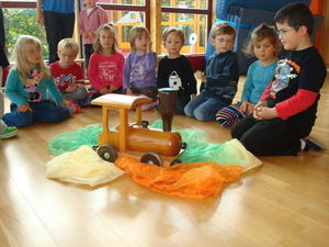 Die kleine Lok zu Besuch im Kinderhaus