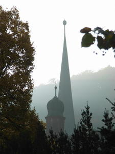 Zisterzienserkirche im Novembernebel