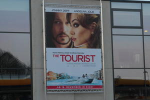 1645:01@O uns laden ein, die erste Sitzung des Filmes 'The Tourist' im neuen Kino 'BIIGZ' anzuschauen.
