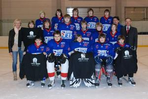Knaben der Junior Jets sagen Danke bei John Glet