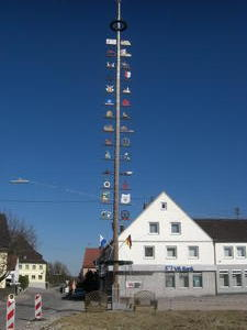 Achtung , die Maibaum-Diebe sind bald unterwegs !
