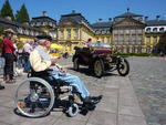 Werner Gerds (stationre Pflege Schloss Landau) vor dem ltesten Oldtimer der Rundfahrt.