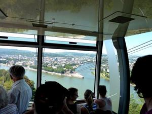 Mit der Seilbahn geht es von Ehrenbreitstein hinunter zum Deutschen Eck (Zusammenfluss von Rhein und Mosel)