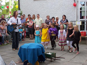 Kindergarten mit Herz feiert trotz Regen ein mrchenhaftes Sommerfest!
