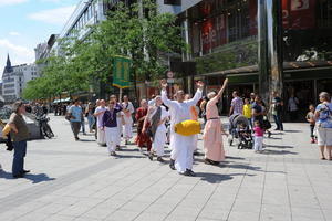 Singende Gruppe Hare Krishna ziehen durch Hannovers Innenstadt.