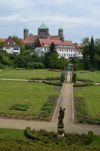 Blick auf St. Michaelis und das Rosarium des Magdalenengartens in Hildesheim