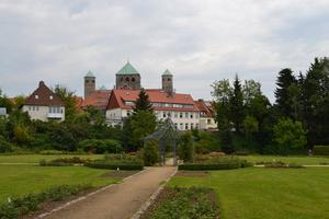 Magdalenengarten Hildesheim: Rosarium mit Blick auf St. Michaelis