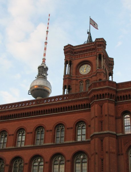 Rotes Rathaus mit Fernsehturm in Berlin