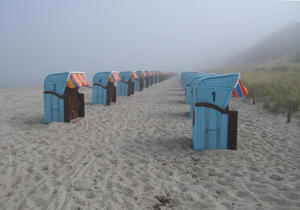 Strandkrbe einsam und verlassen im Herbstdunst