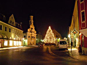 Ein Blick noch zum Christbaum am  Marienbrunnen vor dem Rathaus