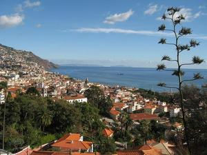 BLICK AUF FUNCHAL - AM HORIZONT PORTO SANTOS