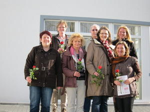 101 Jahre Internationaler Frauentag Gewerkschaft verteilt 2000 rote Rosen zum Weltfrauentag