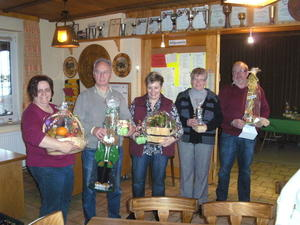 Ostergewinner v. l. n. r.: Marilyn Schaprian 2. Platz, Fred Riland Sieger des Osterschieens, Heike Vlger 3. Platz, Renate Meyer 5. Platz und Hermann Lorenz 4. Platz mit ihrem Gewinn. Spa hats gemacht !!