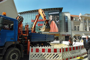 Die Teilflchen der Grobaustelle Marienplatz, an dem die Shopping-Center der Innenstadt liegen, sind gut sichtbar mit Schrankenzunen gesichert.