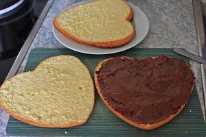 Den Biskuitkuchen 3x durchschneiden