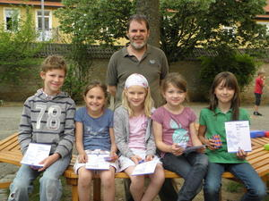 Frderlehrer Dieter Scholz mit Victor, Lotte, Johanna, Hannah und Sophie.