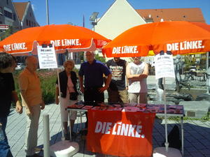 Die LINKE in Knigsbrunn informierte mit Infostand am Europaplatz
