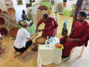 "Buddhistische Mönche segnen ""House of Living Spirit"""