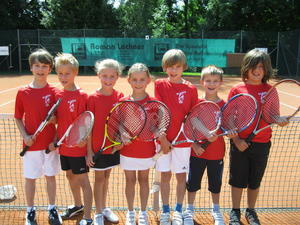IM BILD von links nach rechts die erfolgreichen Tenniskids