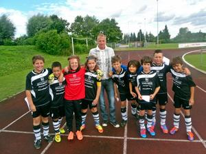 Spieler der E2 Jugend des FC Knigsbrunn mit dem ex Torjger des FCA Michael Thurk