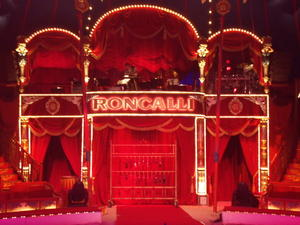 Blick hintern Vorhang von Circus Roncalli (1/2)