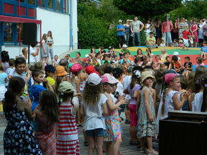 Buben und Mdchen der Grundschule West beim Schulfest