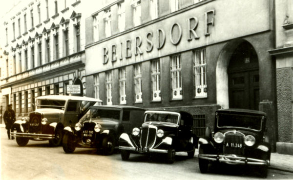 Schne alte Autos vor der Beiersdorf Niederlassung in Wien, gegrndet in 1914