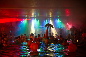 Saustarke Poolparty im Hallenbad Steppach