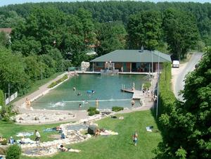 Naturbad Banteln im Sommer. Inzwischen mit neuem Sprung/Kampfturm.