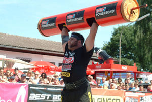 Strongman Patrik Baboumian bei der Disziplin 'Baustamm stemmen' (copyright Strongman-Project)