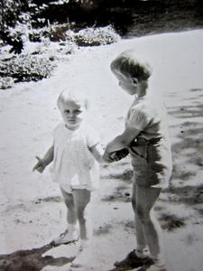 Sommer 1968: Mein Bruder (kurz vor seinem 4. Geburtstag) passte dann auf mich auf, nachdem mich ein Knigspudel aus Spielfreude umgeschubst hatte.