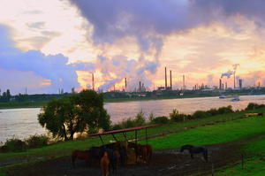 Herbstlicher Himmel ber Industrieanlage