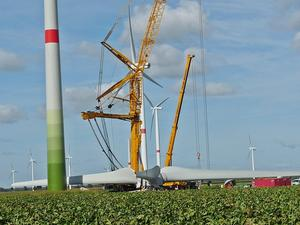 Endmontage eines Windrades im Windpark Oelerse VII