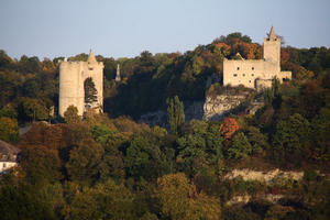 Burg Saaleck und Rudelsburg von Westen von einer Anhhe gesehen