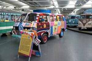 Strickbulli steht im AutoMuseum Volkswagen in Wolfsburg