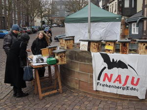 Nistkastenverkauf beim Wochenmarkt