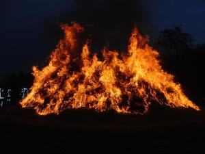 Horster Osterfeuer mit Weihnachtsmarkt-Flair