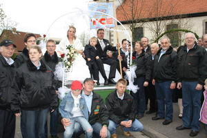 Treckerclubmitglieder heiraten in der Martinskirche