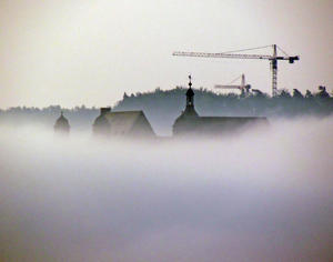 Das Marburger Schlo (Hessen) im Nebel. Im Hintergrund sind die Baukrne der Klinik Sonnenblick auf den Lahnbergen zu sehen.