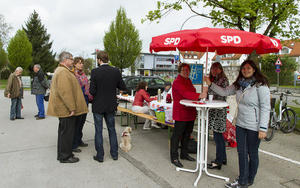 Brgerfrhstck auf dem Knigsbrunner Marktplatz - SPD diskutiert mit Brgern ber Nahverkehr und Infopavillon