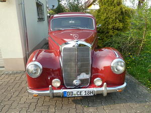 61 Jahre alte weinrote Mercedes-Limousine bereichert Osteroder Oldtimer-Treffen