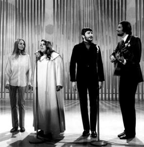 "The Mamas and The Papas in der ""The Ed Sullivan Show"", 14. Juli 1968. Von links: Michelle Phillips, Cass Elliot, Denny Doherty, John Phillips."