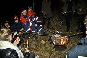 -- Stockbrot backen beim Osterfeuer in Ohof am 26. März 2016 ....