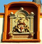 ... Relief am Cusanushaus in Kues