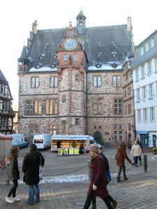 Marburg an der Lahn - Rathaus und Elisabethkirche.